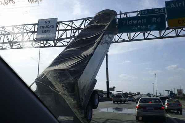 Remolque camión 03 El remolque de un camión sufre un extraño accidente